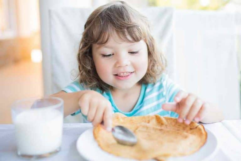child eating a healthy breakfast